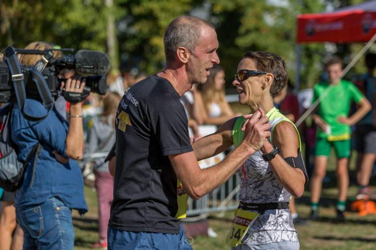 Arrivée de la course du Machu'Run accolage entre deux participants