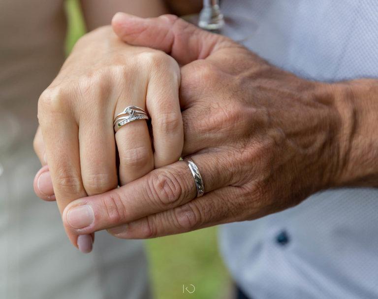 Détails des mains de mariés avec les alliances