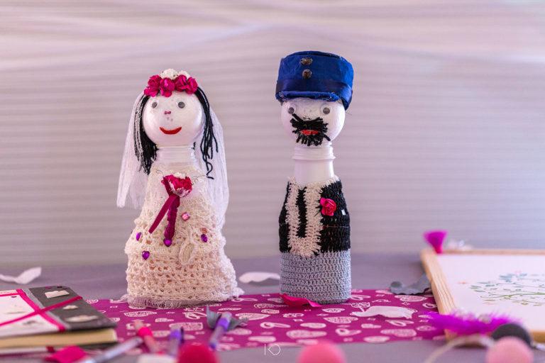 photo des poupées représentant des mariés. Un policier et une infirmière