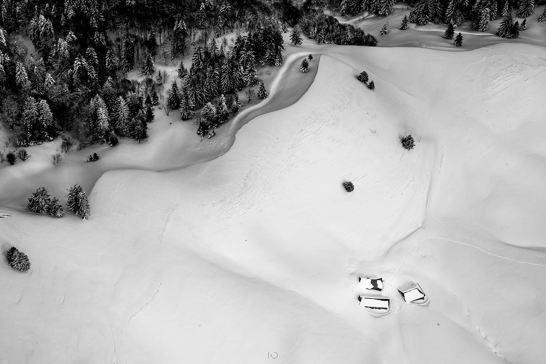 photo aérienne en noir et blanc de chalets enneigés
