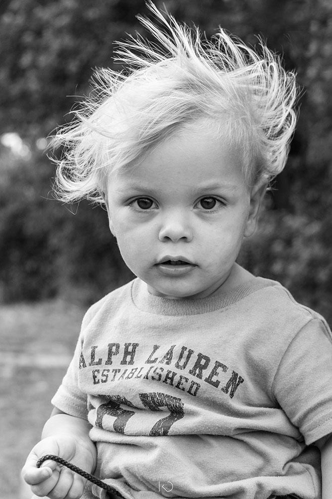 portrait noir et blanc d'un petit garçon blond