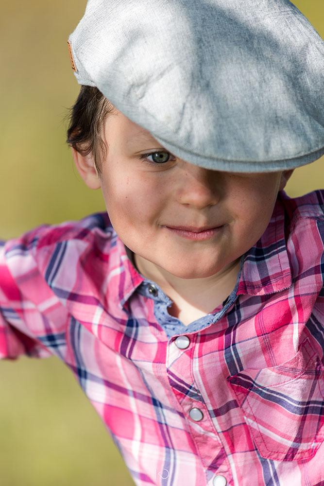 portrait enfant couleur petit garçon avec casquette gavroche